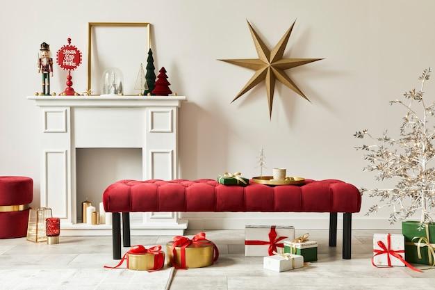 居心地の良い家の装飾の装飾、クリスマスツリー、ギフト、雪、アクセサリーとクリスマスの構成。スペースをコピーします。白と赤。レンプレート。