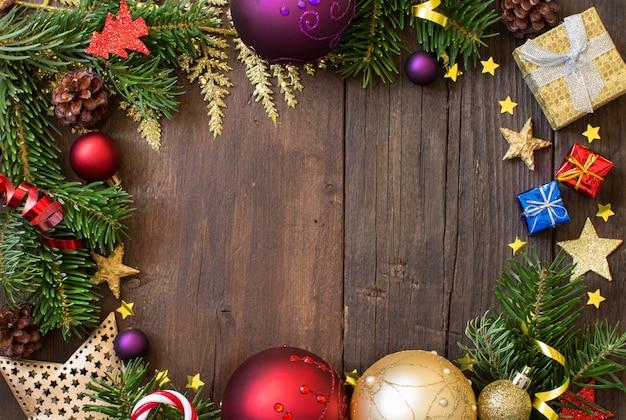 Рождественская композиция с украшениями и бумага на дереве, вид сверху с копией пространства