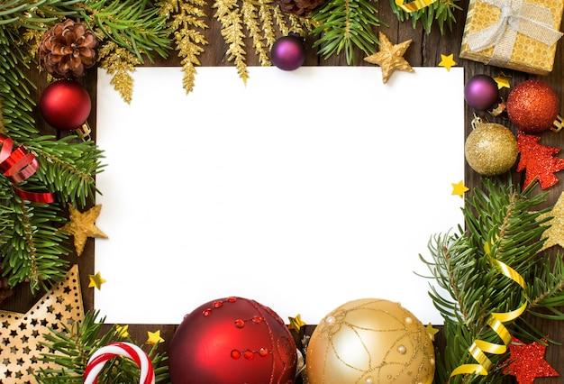 Рождественская композиция с украшениями и бумажный вид сверху с копией пространства