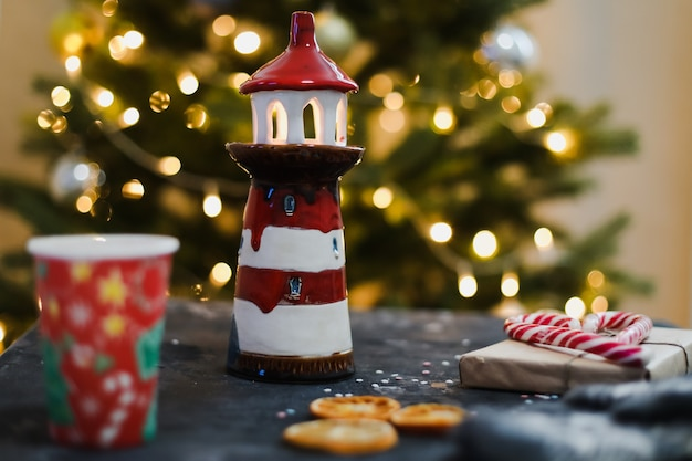 花輪とクリスマスツリーの背景による装飾とクリスマスの構成