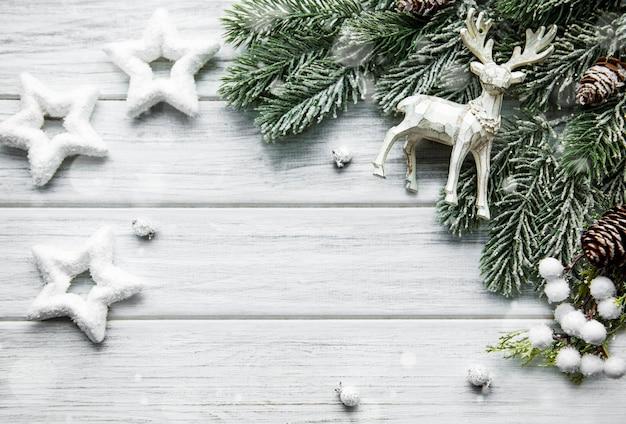 사슴, 별과 전나무와 크리스마스 구성. 새 해 배경. 아름다운 인사말 카드. 공간을 복사하십시오. 평면도
