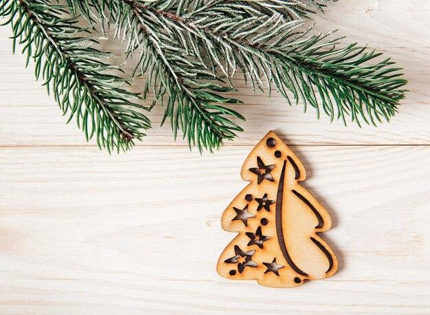 モミの枝とクリスマスツリーの形をしたクリスマスの構成