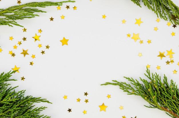 モミの枝と黄金の装飾品でクリスマス組成