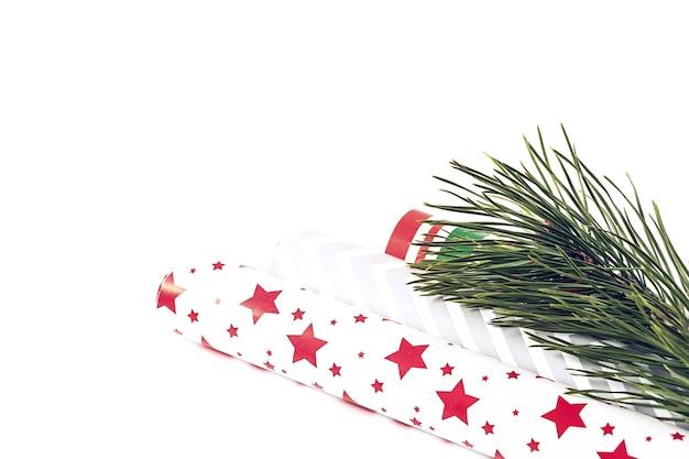 モミの木とパッケージングソフトセレクティブフォーカス冬のお祭りの背景を持つクリスマスの構成