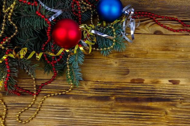 モミの木の枝と木製のテーブルの上のクリスマスの装飾とクリスマスの構成。上面図、コピースペース