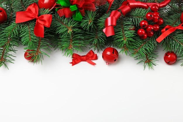 モミの木の枝と白い背景の上のお祝いの装飾とクリスマスの構成