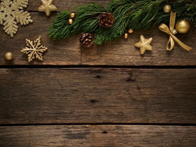 소박한 어두운 나무 배경에 전나무 나무 가지와 크리스마스 구성. 텍스트를위한 공간