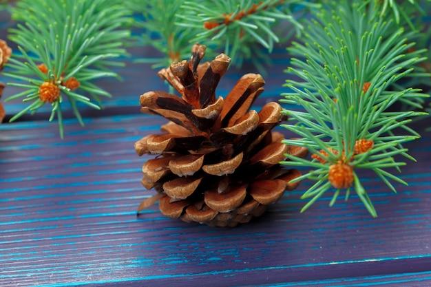나무 배경에 전나무 나무 가지와 크리스마스 구성입니다.