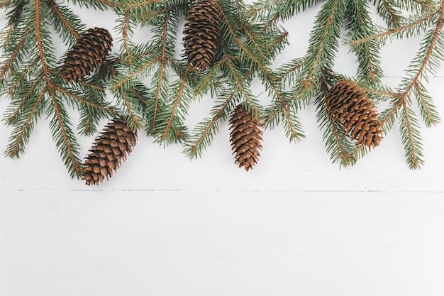モミの枝と松ぼっくりのフレームとクリスマスの構成