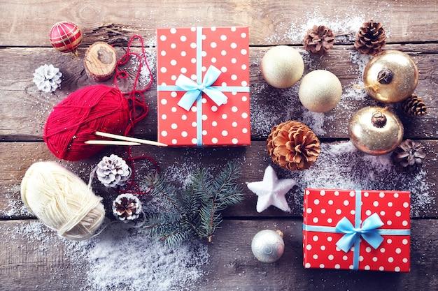 木製のテーブルにギフトボックスと装飾が施されたクリスマスの構成