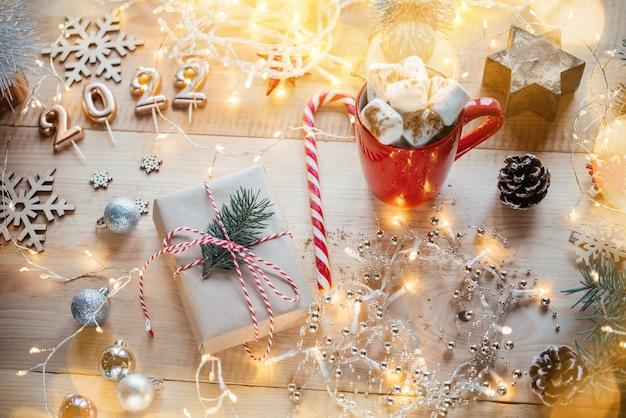 선물 상자 마시멜로 핫 초콜릿 크리스마스 장식과 황금 숫자 크리스마스 구성