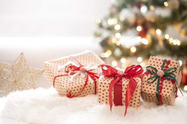 ギフトボックスや装飾品とクリスマスの構成