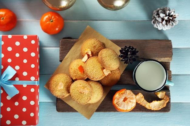 파란색 테이블에 선물 상자 쿠키와 장식이 있는 크리스마스 구성