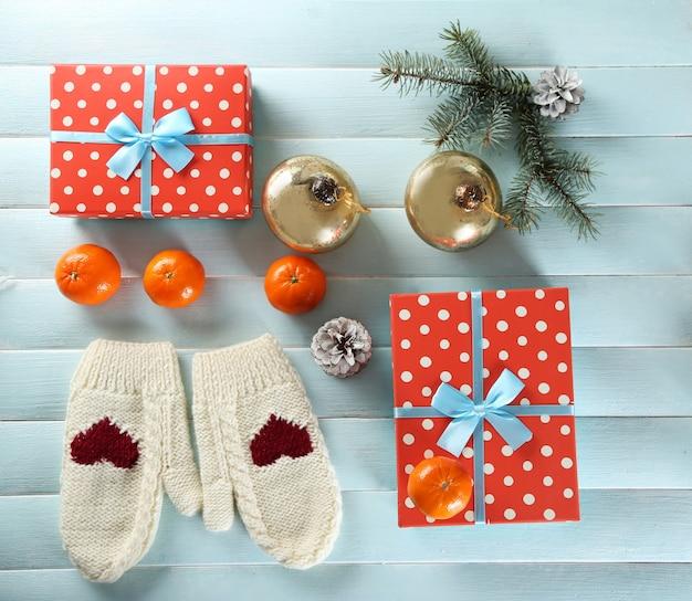 青いテーブルの上のギフトボックス、クッキー、装飾とクリスマスの構成
