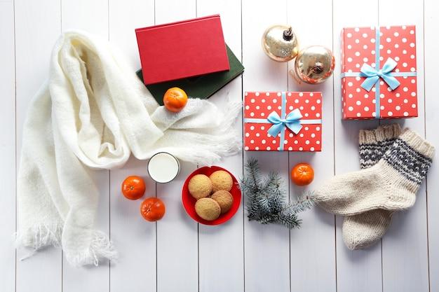 ギフトボックスのクッキーと白いテーブルの上の装飾とクリスマスの構成