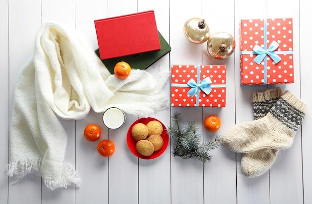 흰색 테이블에 선물 상자, 쿠키, 장식이 있는 크리스마스 구성