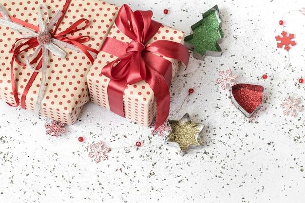 赤いリボンで結ばれたギフトボックスとクリスマスの構成