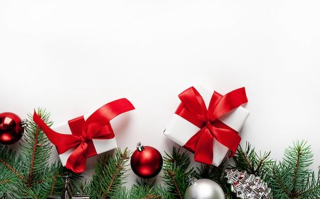 モミの枝、おもちゃのギフトボックスとクリスマスの構成