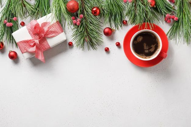 ギフト、赤い装飾、コーヒー、白の休日の常緑樹の枝とクリスマスの構成。上面図、フラットレイ。