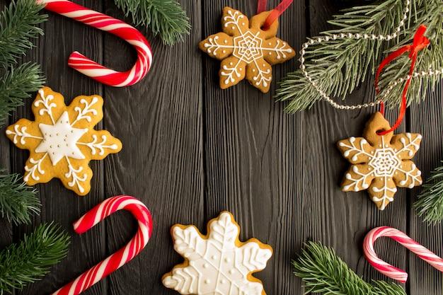 Рождественская композиция с пряник на черном фоне деревянные. вид сверху. скопируйте пространства.