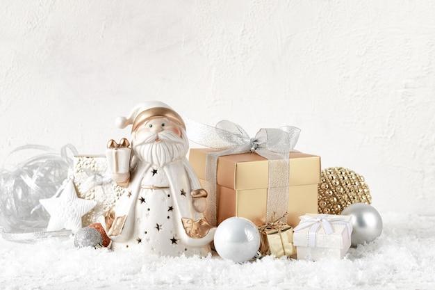 Рождественская композиция с золотыми и серебряными подарками на белом столе, копией пространства