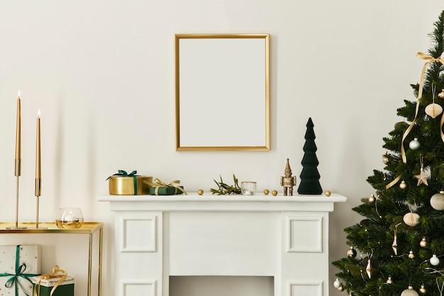 Рождественская композиция с золотым макетом рамки плаката, белым дымоходом и украшением. елки и венок, свечи, звезды, легкие и нарядные аксессуары. шаблон.