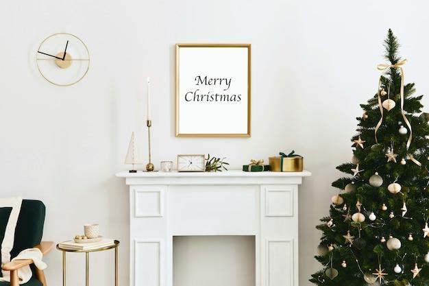 ゴールドのモックアップポスターフレーム、白い煙突と装飾が施されたクリスマスの構成。クリスマスツリーと花輪、キャンドル、星、軽くてエレガントなアクセサリー。レンプレート。