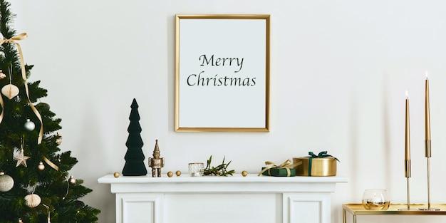 금색 모의 포스터 프레임, 흰색 굴뚝 및 장식이 있는 크리스마스 구성입니다. 크리스마스 트리와 화환, 양초, 별, 가볍고 우아한 액세서리. 주형.