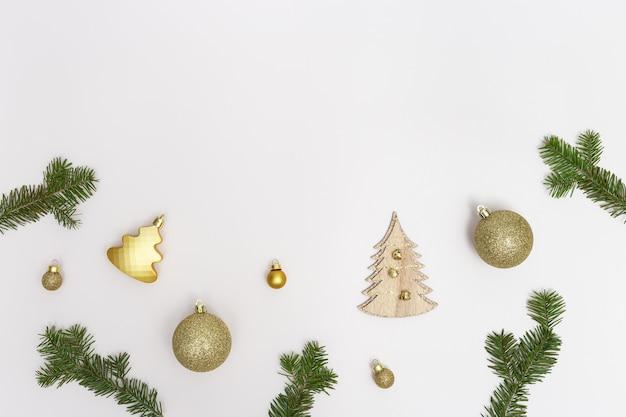 황금 장식 녹색 전나무 가지 볼 야자수 잎 빛나는 소나무 콘 크리스마스 구성