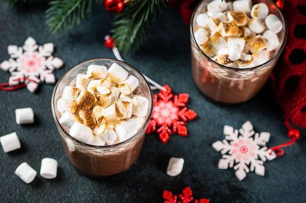 自家製ホットチョコレートを使ったクリスマスの作曲。冬のココア。新年の飲み物。ココアと新年の構成。居心地の良い飲み物。