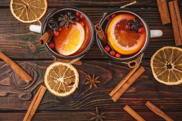 소박한 컵에 뜨거운 mulled 와인 크리스마스 구성