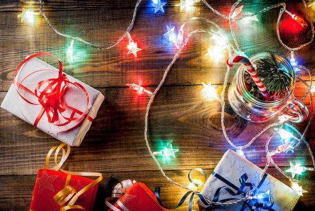 Рождественская композиция с легкой гирляндой, подарками и украшениями