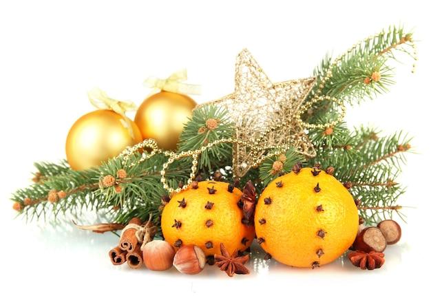 オレンジとモミの木、白で隔離のクリスマスの構成