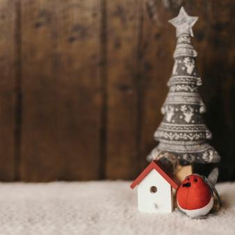 Composizione in natale con ornamenti e copia spazio a destra