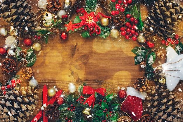 木製の背景に装飾品とクリスマスの組成。