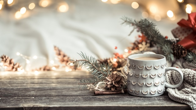 Composizione in natale con ornamenti