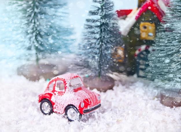 소나무와 빨간 장난감 자동차 크리스마스 구성.