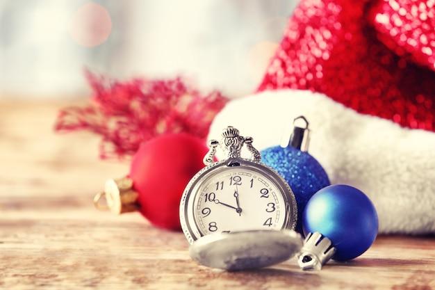 木製の表面に懐中時計とクリスマスの構成