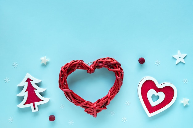 Рождественская композиция с красными и белыми украшениями на пастельно-голубой поверхности, вид сверху, копия пространства. поздравительная открытка с рождеством и праздником, рамка, баннер, плоская планировка