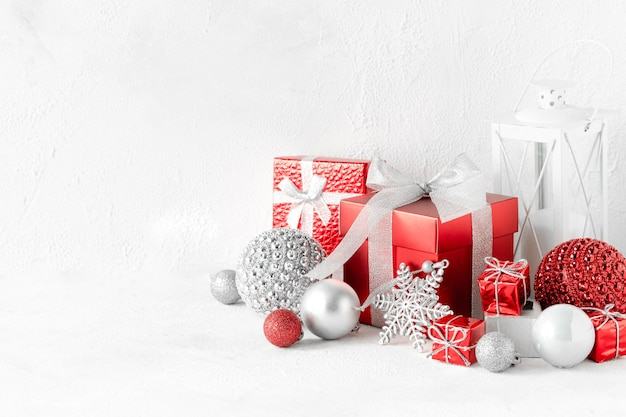 Рождественская композиция с красными и белыми подарками на белом столе с копией пространства