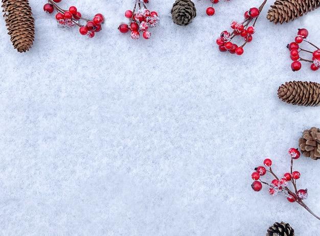 赤いベリーと松ぼっくりのクリスマスの構成冬のフラットレイ新年のコンセプト上面図