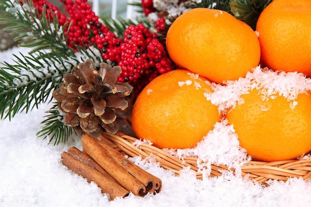 Рождественская композиция со спелыми мандаринами крупным планом