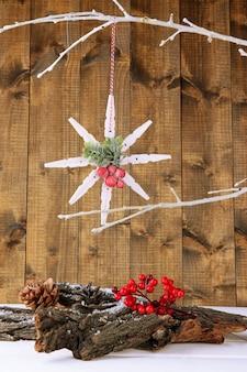 木製の背景に雪とクリスマスの構成