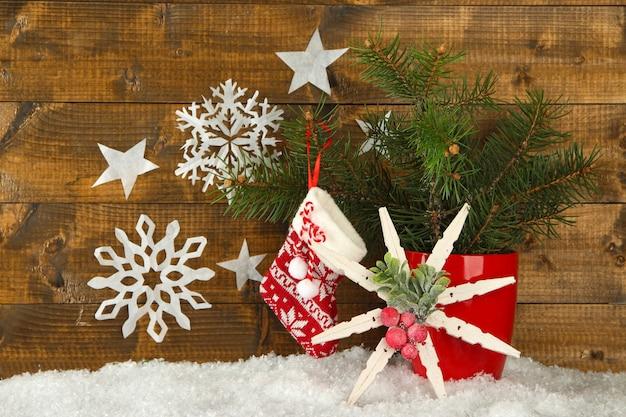 Новогодняя композиция со снежинками на деревянных фоне