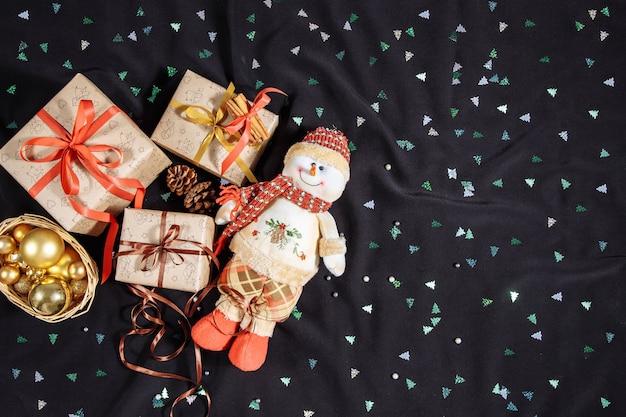 雪だるまとギフトボックス付きのクリスマス作曲