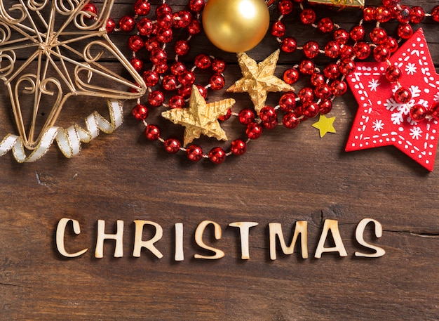Рождественская композиция со специями, украшениями и текстом рождества на деревянном столе