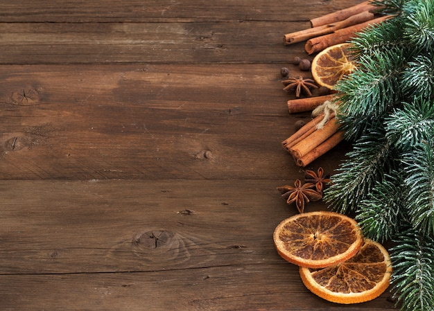 Рождественская композиция со специями на деревянном столе крупным планом с копией пространства