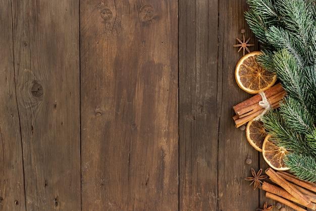 Рождественская композиция со специями на деревянном столе сверху с копией пространства
