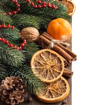 Рождественская композиция со специями на деревянном столе крупным планом