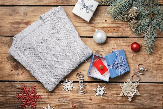 스웨터와 선물 상자가 있는 크리스마스 구성